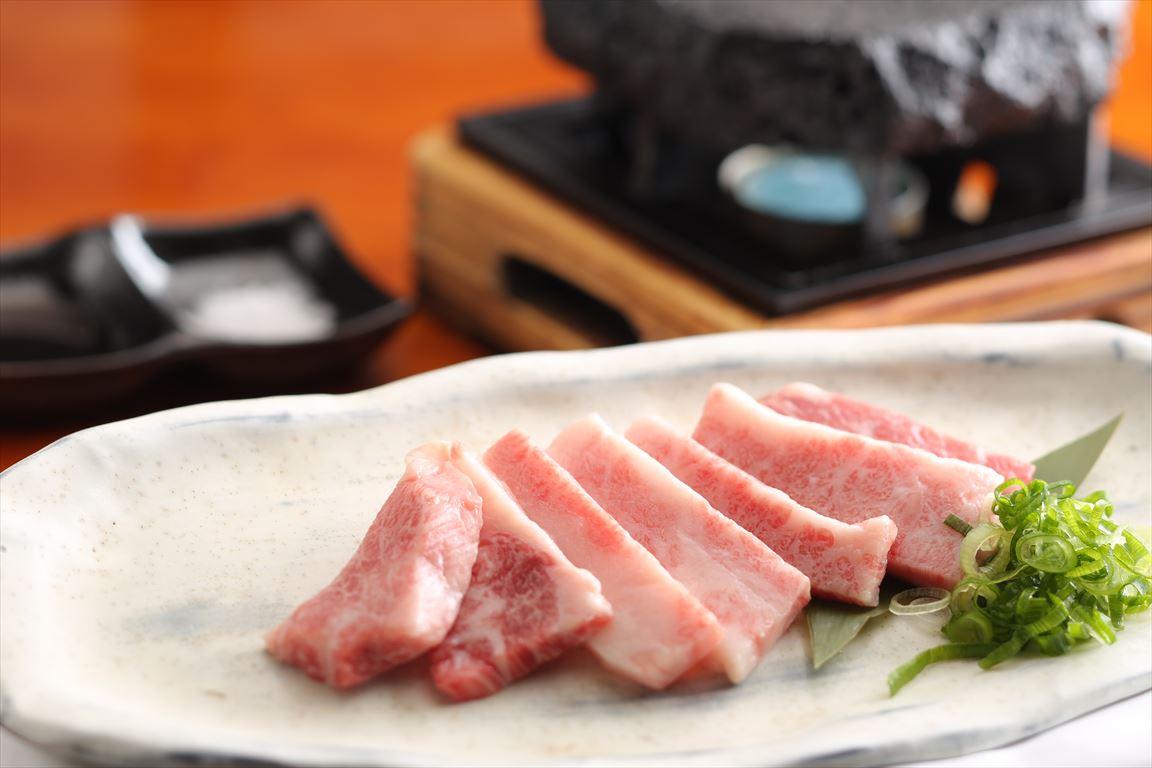 """""""溶岩焼""""は柔らかい淡路鶏のモモ肉を溶岩プレートの遠赤効果で ふっくらジューシーに焼き上げます!"""